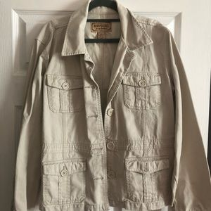 Khaki spring or fall jacket with pockets.